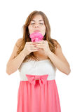 Flickan som tycker om lukten av, steg Fotografering för Bildbyråer