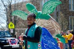 Flickan spanar marsch i en ståta arkivfoton