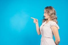 Flickan specificerar en riktning framåtriktat Royaltyfria Foton