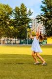 Flickan spelar badminton parkerar in Arkivfoto