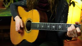 Flickan spelar den akustiska gitarren hemma lager videofilmer