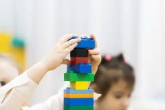 Flickan spelar märkes- barnrum arkivbild