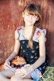 Flickan spelar med röda nyfödda svin av Durocaveln Begreppet av att att bry sig och att att bry sig för djur Arkivfoton