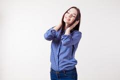 Flickan stänger öron som händer lyssnar till musik royaltyfri foto