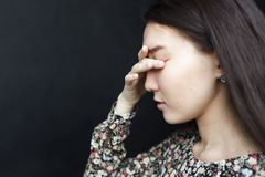 Flickan stänger som henne, gömma i handflatan ögon med henne Huvudvärken eller migrän, lider från fördjupning och ensamhet Arkivbilder