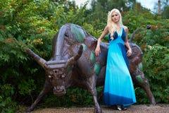 Flickan står den near tjuren Arkivfoton