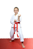 Flickan står i kugge av karate Arkivbilder