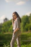 Flickan står i parkera Royaltyfri Foto