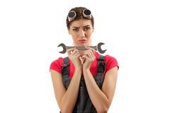 Flickan står med en skiftnyckel Royaltyfri Bild