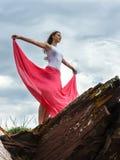 Flickan står på överkanten av berghanden i sidorna Arkivbild