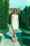 Flickan står på en täppa Arkivbild