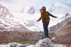 Flickan står stor vaggar begrepp för bergryggsäcklopp arkivbild