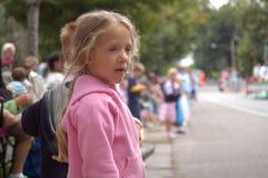 flickan ståtar att hålla ögonen på Fotografering för Bildbyråer