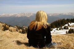 Flickan stirrar på landskap Arkivbild