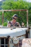 Flickan styr bilen Arkivfoto
