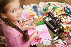 Flickan syr dockakläder, den bästa sikten som syr tillbehör bästa sikt, sömmerskaarbetsplatsen, många anmärker för handarbete, ha Arkivbilder
