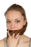 Flickan täcker hennes mun med hår Royaltyfri Foto