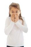 Flickan täckte hennes mun med hans händer fotografering för bildbyråer