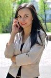Flickan talar ringer by royaltyfri fotografi