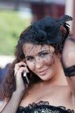 Flickan talar vid telefonen Arkivfoto