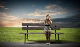 Flickan tar av planet på Arkivfoto