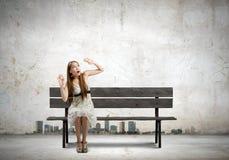 Flickan tar av planet på Royaltyfria Foton