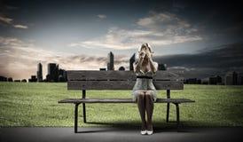 Flickan tar av planet på Arkivbilder