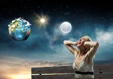 Flickan tar av planet på Royaltyfri Fotografi