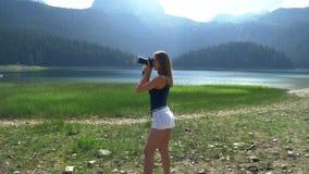 Flickan tar en bild står mot bakgrunden av landskapet stock video