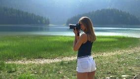 Flickan tar en bild st?r mot bakgrunden av landskapet stock video