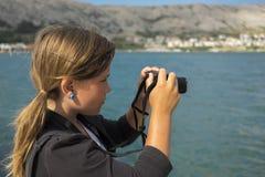 Flickan tar ett foto arkivbilder