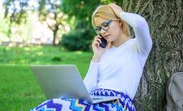 Flickan tar fördel av online-shopping Spara din tid med att shoppa direktanslutet Fördelar för ockupation för försäljningschef fl arkivfoton