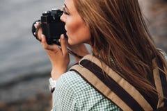 Flickan tar fotografier med tappningfotokameran Arkivbild