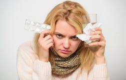 Flickan tar medicindrinkvatten Huvudvärk- och förkylningboter Influensa och förkylningbegrepp För hårhalsduk för kvinna ovårdade  fotografering för bildbyråer