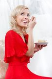 Flickan äter bröllopstårtan Arkivbild