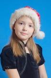 Flickan tonåringen i Jultomte hatt Arkivfoton