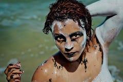 Flickan tvättade sig, når han har målat på kroppen och framsidan i halloween stil royaltyfria bilder