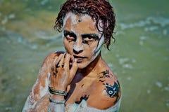 Flickan tvättade sig, når han har målat på kroppen och framsidan i halloween stil arkivbilder