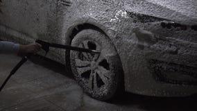 Flickan tvättar en bil arkivfilmer