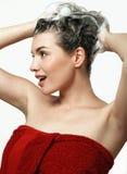 Flickan tvättar huvudet, schampo, skum Arkivfoton