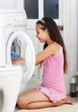 Flickan tvättar kläder Arkivbilder