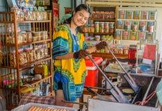 Flickan tycker om att göra den thai efterrätten för den mjuka kokosnötkräppen royaltyfria foton
