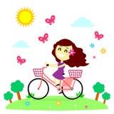 Flickan tycker om att rida cykeln med fjärilarna Royaltyfri Fotografi