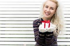 Flickan tycker om gåvan kopiera avstånd Royaltyfria Foton