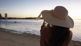 Flickan tycker om sikten av Guam från kusten royaltyfri foto