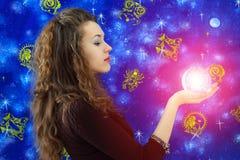 flickan undertecknar zodiac Arkivbilder
