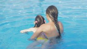 Flickan undervisar hennes mer unga syster att simma lager videofilmer