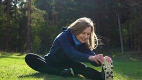 Flickan utbildar i parkera på gräsmattan arkivfilmer