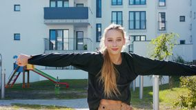 Flickan utför den moderna Hip Hop dansen på gatorna lager videofilmer