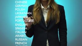Flickan väljer en avancerad nivå av kunskap av det arabiska språket på instrumentbrädan stock video